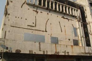 坪洲戲院是島上唯一的戲院,荒廢後成為香港鬧鬼的地方之一。