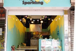 Honey Sparkling位於旺角的糖水街一帶,認住這個淺藍綠色的招標便可找到。