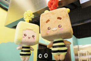 舖面有一對可愛的蜜蜂公仔作裝飾。