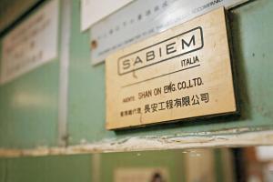 意大利升降機品牌Sabiem 60 年代於香港輝煌一時,於 87年被 Kone 收購,現在只得在舊樓才找到蹤迹。