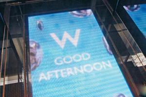 W Hotel 的升降機地板其實是塊大型電子屏幕,隨着時間轉變跟你打招呼。