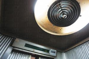 「樓層顯示燈也好有 analog感覺,由傳統的看見燈泡在背後的圓形跳字燈,變成打橫的數字顯示。」Shing 說。