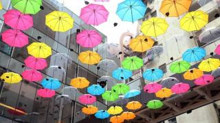早前更有美麗的雨傘裝飾。