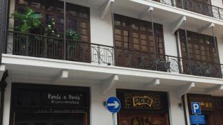 茂蘿街入口。大家會見到皇后餅店、豪華咖啡茶廳及幾間小店。