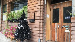 以木為主調的門口一貫其復古懷舊風