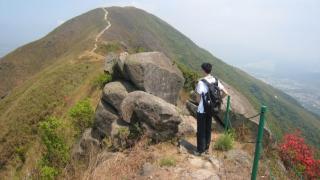 大刀刃山勢險要,山頂有香港難得一見嘅鐵造欄杆。