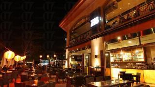 位於 D-Deck 的海邊餐廳 ZAKS,樓高兩層,當中上層只供 12 歲以上人士用餐。