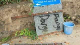 活泉井水至今仍有水源,旁邊的水桶標示著它以往的功勞。(關璇攝)