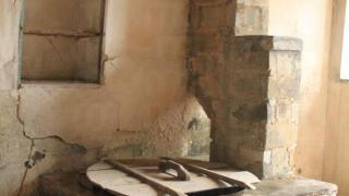 客家村屋中的爐灶,當年是要拾柴來生火的。(關璇攝)