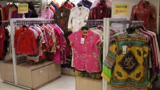 傳統中式服裝花款特多,而且價錢相宜,一百數十元也可以搜羅到優質貨色。