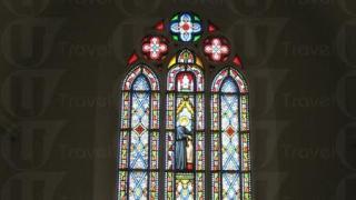 十扇彩繪玻璃,像萬花筒般散發舉目炫華的光芒。