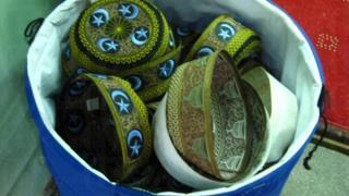 圓帽子是回教的 Icon,入廟前信徒可放下圓圓的帽子。