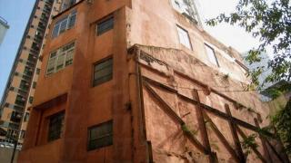 橙屋位於藍屋後方,鮮艷的橙色很搶眼,而且看起來也比較新。