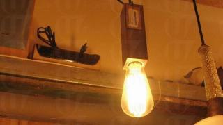 懷舊吊燈出自美國設計師的手筆,售價 $1,200。