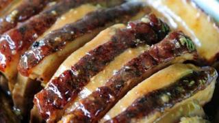 芋頭蒸扣肉,將五花腩以叉子插鬆,以調味料腌好後,再用柴火蒸,變得香軟入味,油而不膩。每盆 $250。