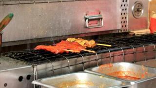 串燒即叫即燒,未燒好已香氣四溢。下方為精髓的秘製醬料。