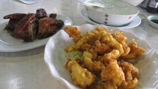 雞粥、乳鴿和椒鹽魷魚都是大排檔的招牌菜。