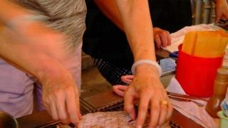 店員把魷魚塗上煙燻味醬油再烤焗,非常惹味。