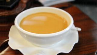 奶茶像拉麵一樣大碗,老闆原意是希望客人可坐得更久,試真不同溫度下的奶茶感覺。