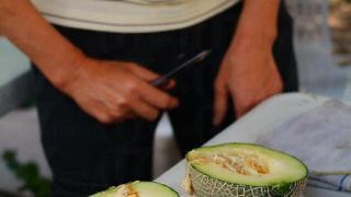 檔主為我們即場切開網紋瓜,肉質明顯比一般瓜實淨,瓜皮夠薄。