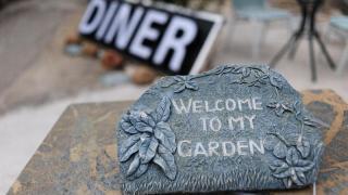 門前放著的 Welcome 牌,歡迎你來到店主的花園。