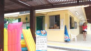 廈門灣唯一的小食店,有儲物櫃及各款沙灘用具出租。(Shecky 攝)
