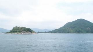 潮漲時,橋頭島(左)與橋咀(右)被海水分隔,遊人不能通過。(Shecky 攝)