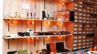 Squarestreet 舖面一邊是皮革 workshop;另一邊就是陳列架。