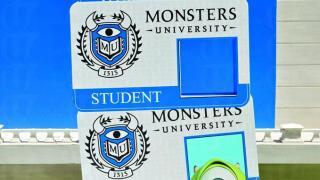 放個頭埋去,影張 low tech 版學生證。