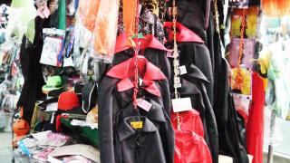路邊攤也湊熱鬧售賣簡單道具