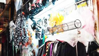 彩姿精品店隱藏在女人街的鐵皮檔後