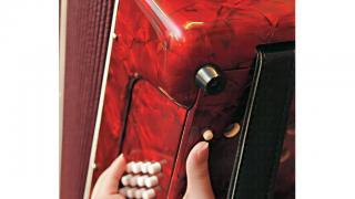 學手風琴必記:彈到一半,想將風箱還原,可按左邊放風掣,不要強行合上。
