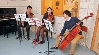 (左起)音樂導師 David、Selina 及 EJ 即場組成三重奏組合,擦出不少火花。