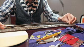 Elmo 改造的舊結他包括結構、弦高,甚至外觀。