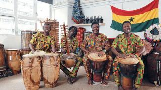 左起樂器:Kpanlogo 套鼓,以用手或鼓棍拍打。Kora Guitar。Djembe,最為人熟悉的西非樂器。