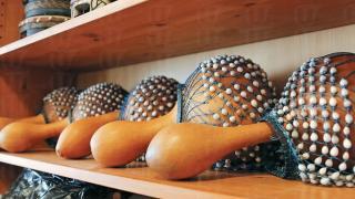 Shekere,一張串上貝殼的網包著葫蘆,演奏時拍打發出聲響,或搖動樂器發聲。
