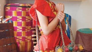 迦納傳統飾物:全人手編織小藤袋, 顏色以迦納國旗紅、黃、綠三色為主。各約 $150 - $200。