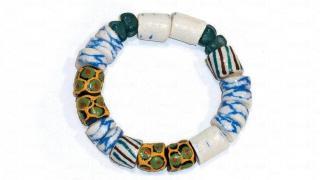 迦納手製玻璃珠手鏈,由玻璃樽回收再造,工人收集不同顏色的玻璃磨成砂,再放入爐燒成珠子,$150。