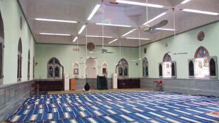 清真寺以柔和青蘋果色為主,與九龍清真寺風格不一。
