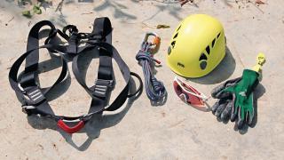 攀樹 3 大基本個人保護裝備包括左右兩排有透氣孔的頭盔、提供承托的安全座帶以及安全眼鏡,可另備手套。