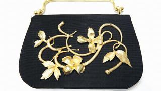首次在亞洲展出的古董配飾包括1998 年的金屬雕花裝飾手袋。
