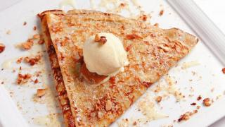"""特別為香港而設計的""""Hong Kong"""",內有粗花生加椰絲和煉奶,加上面層的雪糕,感覺像地道的格仔夾餅。$98"""