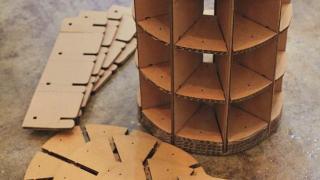 紙凳仔毋須用膠水,拼好後再用繩縫合。