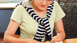 Step 1:將扣布(天然紡織布,易上色)以衣夾夾實、橡筋紮緊或打結成形,以便染出不同的圖案。
