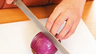 Step 3:切紅洋蔥加入清水煮滾後,轉慢火煮約30分鐘,撈起洋蔥,並加入半濕狀扣布染色。