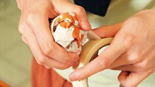 Step 2:在報紙球外圍以皺紋膠紙綑起,固定外型,之後重複步驟1,並將其他綑好報紙球綑起,外圍再用皺紋膠紙包裹,「動物」表面更平滑。