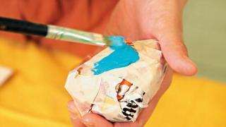塑膠彩混小許水上色,待乾透,完成。