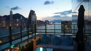 Eyebar 露台望向港島西面景色,最適合傍晚時分欣賞日落