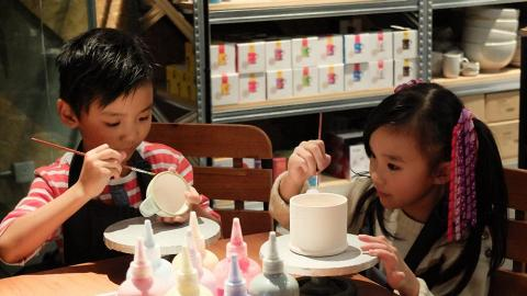 工作坊按器皿收費,每件為$400元,可以一對情侶或一家人合力畫一個器皿。