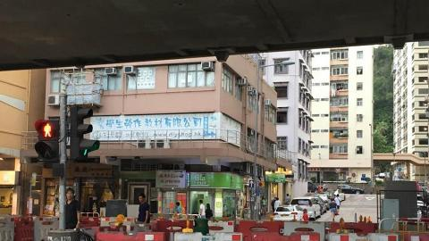 遠處已有banner指示店舖位置。
